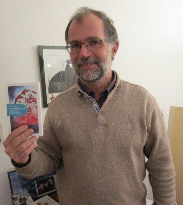 Patrick Marcel présentant son livre, la fièvre des volcans.