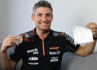 Benjamin Melot montrant sa médaille au Dakar 2020