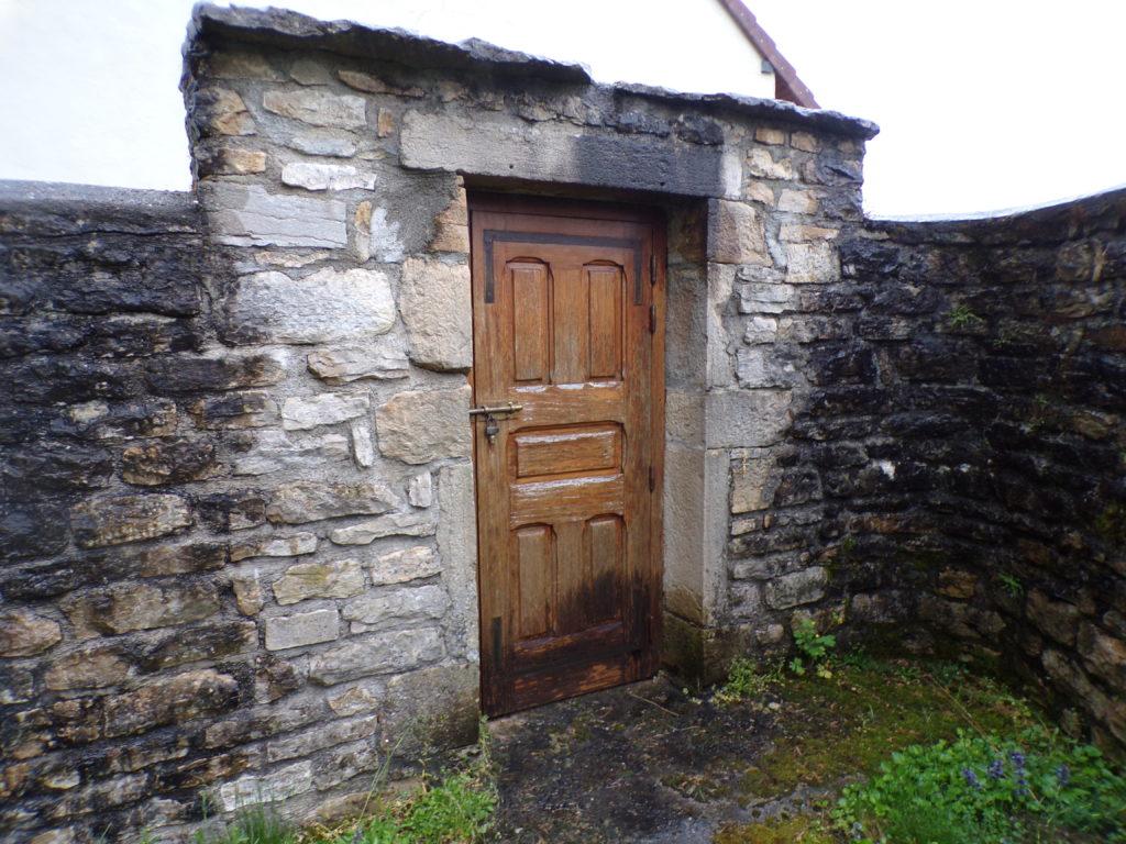 """La petite porte par laqueele passaient les """"visiteurs"""""""